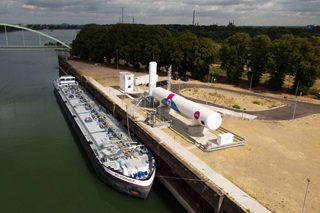 Shore to ship LNG bunker station